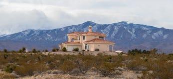 casa perto das montanhas Foto de Stock Royalty Free