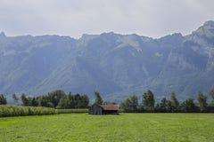 Casa perto das raizes da montanha Foto de Stock