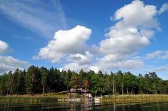 Casa perto do lago Imagens de Stock Royalty Free