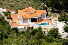 Casa piacevole con lo stagno nella regione di Marina Alta Immagine Stock
