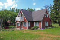 Casa piacevole sul campo verde Fotografie Stock Libere da Diritti