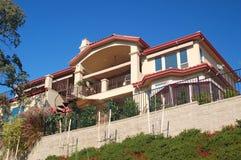 Casa piacevole sul pendio di collina Fotografia Stock