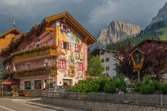 Casa pintada en Pozza di Fassa Imagen de archivo