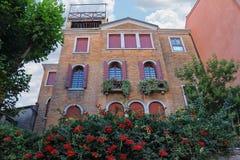 Casa pintoresca con las flores en el centro histórico de Venecia fotografía de archivo libre de regalías