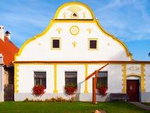 Casa pintoresca de Holasovice, pequeño pueblo rural con arquitectura barroca rústica Bohemia meridional, República Checa imagen de archivo