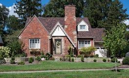 Casa pintoresca del ladrillo con la valla de estacas Imagen de archivo libre de regalías