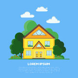 Casa plana del suburbio con los árboles y la hierba verdes Imagen de archivo libre de regalías