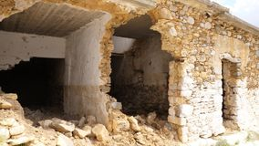 Casa pobre destruída após o bombardeamento filme