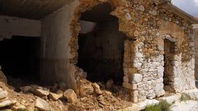 Casa pobre destruida después de bombardear metrajes