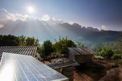 Casa pobre e painéis solares Imagem de Stock
