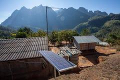 Casa pobre e painéis solares Fotografia de Stock Royalty Free