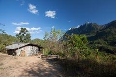Casa pobre e painéis solares Fotos de Stock