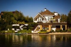 Casa por el agua Foto de archivo libre de regalías