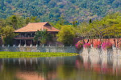 Casa por el agua, Vietnam Fotos de archivo