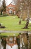 Casa por el lago Foto de archivo