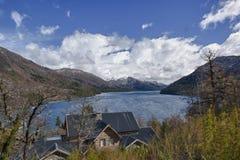 Casa por el lago Fotografía de archivo