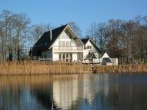 Casa por el lago. Fotografía de archivo libre de regalías