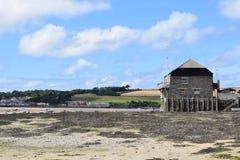 Casa por la costa - Cornualles Inglaterra Imágenes de archivo libres de regalías