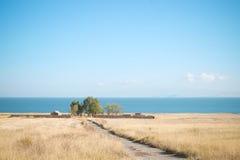 Casa por la orilla del lago Fotografía de archivo libre de regalías