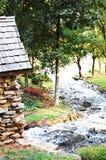 Casa por uma cachoeira Imagens de Stock