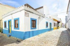 Casa portoghese tradizionale bianca e blu in Algarve, Portogallo fotografia stock libera da diritti