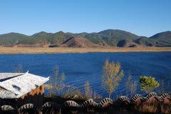 Casa próxima del lago fotos de archivo