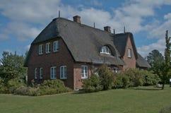 Casa privada de la cubrir con paja-azotea Imagenes de archivo