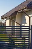 Casa privada moderna com a cerca de a?o cinzenta das barras horizontais foto de stock royalty free