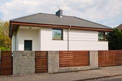 Casa privada moderna con la cerca de acero gris de las barras horizontales foto de archivo libre de regalías