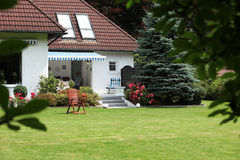 Casa privata con il giardino modific il terrenoare Fotografie Stock