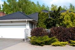 Casa privata moderna con il giardino fertile fotografia stock