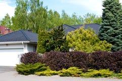 Casa privata moderna con il giardino fertile immagini stock libere da diritti