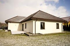 Casa privata moderna nell'inverno, bene immobile di architettura astratta fotografia stock libera da diritti