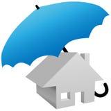 Casa protegida por el paraguas del seguro del hogar de la seguridad Fotografía de archivo