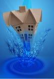 Casa que cae bajo el agua Fotografía de archivo