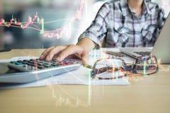 Casa que financeira um homem calcula e análise na calculadora com s imagem de stock royalty free