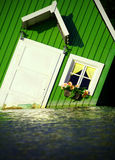 Casa que flota en el agua Fotografía de archivo libre de regalías