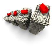 Casa que senta-se em uma pilha de cem contas de dólar Foto de Stock Royalty Free