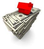 Casa que senta-se em uma pilha de cem contas de dólar Fotografia de Stock