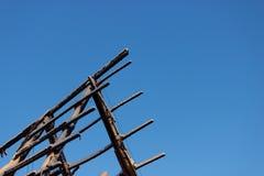 Casa quemada contra el cielo azul Imagen de archivo