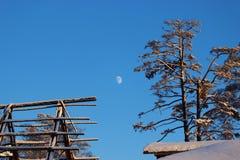 Casa quemada contra el cielo azul Fotografía de archivo libre de regalías