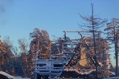 Casa quemada contra el cielo azul Imagen de archivo libre de regalías