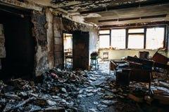 Casa quemada interior Sitio quemado en el edificio industrial, muebles carbonizados y el apartamento dañado después del fuego imagen de archivo libre de regalías