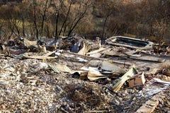 Casa quemada por un fuego del arbusto que rabia Foto de archivo