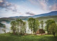 Casa rústica con paisaje hermoso - temprano por la mañana Fotografía de archivo libre de regalías