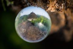 Casa rústica en bola de cristal imagen de archivo libre de regalías