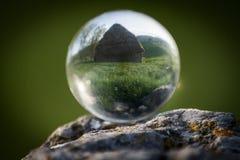Casa rústica en bola de cristal foto de archivo libre de regalías
