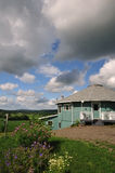 Casa redonda com o jardim que negligencia River Valley foto de stock royalty free