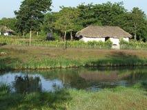 Casa reflejada en el agua del lago Fotos de archivo libres de regalías