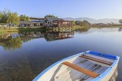 Casa refletida no lago cénico foto de stock
